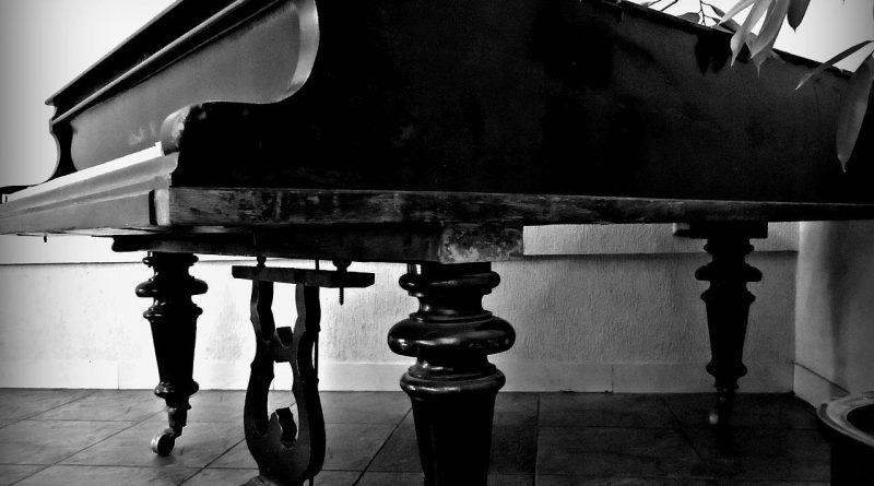 image-piano-a-queue-dans-un-salon
